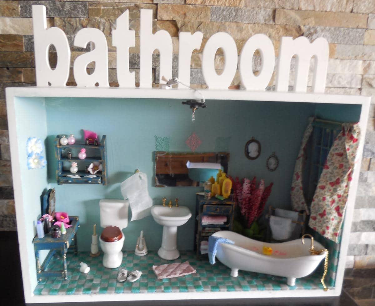 Poppenhuis badkamer, kijkkast met bathroom erop