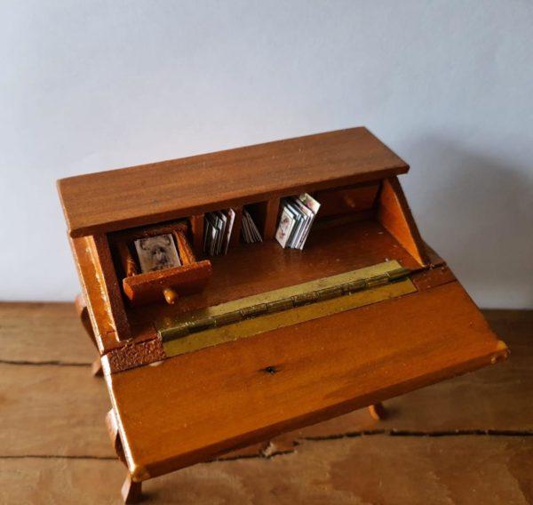 Poppenhuis secretaire met brieven en kaarten