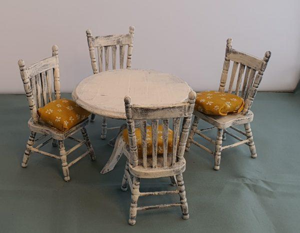 eetafel met stoelen