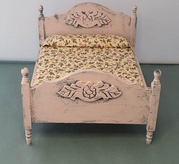 shabby bed poppenhuis
